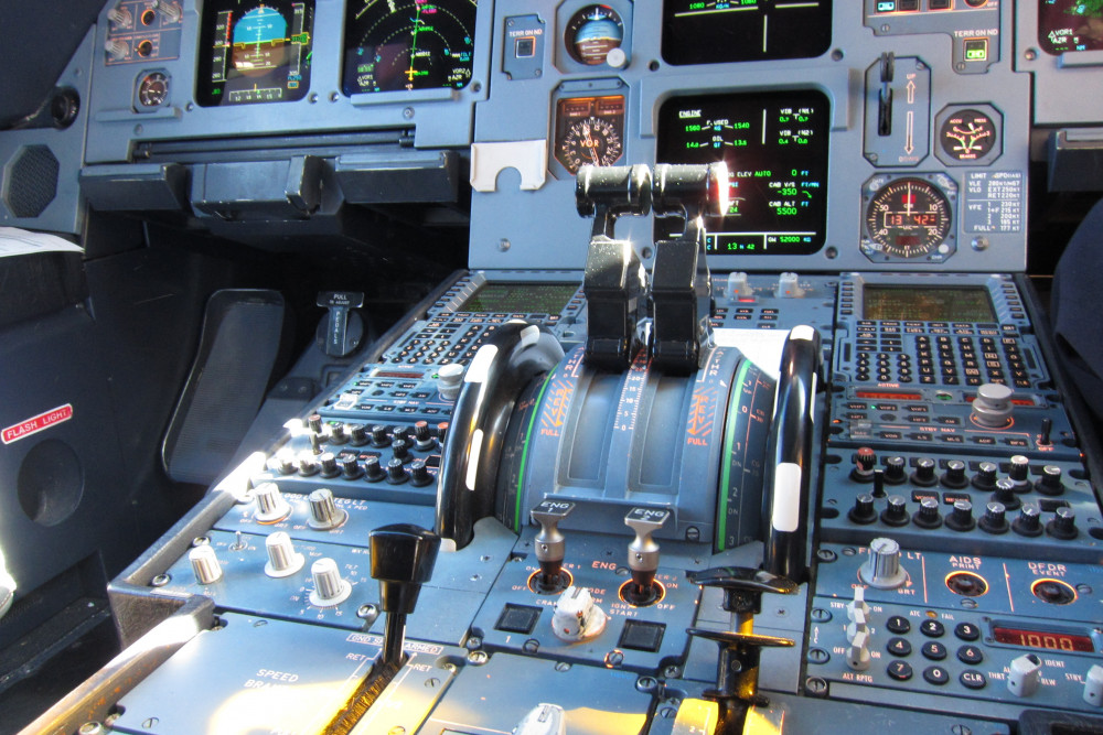 Thrust_levers_of_an_Airbus_A320.jpg