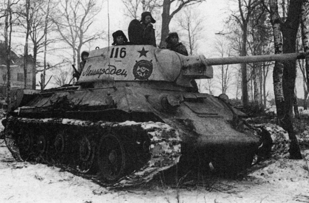 Советский танк Т-34 «Ленинградец» въезжает в Красное Село. 1944 .jpg
